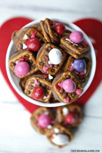 A little bit sweet, a little bit salty and oh so good! TheseValentine ROLO Pretzel Sandwiches are a sweet treat for Valentine's Day. #Snacks #ValentinesDay #ROLOPretzels #Dessert