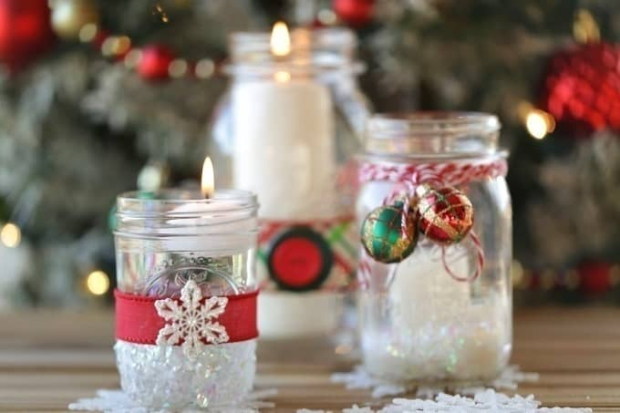 Set the mood and create a welcoming holiday home this Christmas with these pretty Mason Jar Christmas Candles. #masonjar #masonjarcrafts #ChristmasDecorations #Christmasdecor #Christmascrafts #Xmasdecorations #Xmascrafts
