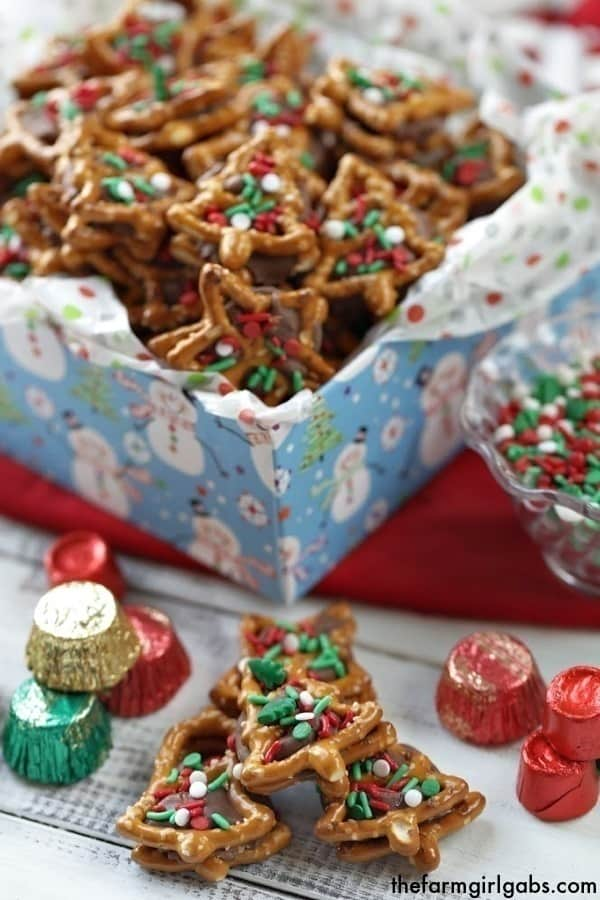 Christmas Pretzel Candy Sandwiches - Two Ways! A little bit sweet, a little bit salty and oh so good! These pretzel candy sandwiches are a sweet treat. #ROLOPretzels #Christmascookies #Christmasdecorationideas #Christmascookies #Christmascookieexchange #Christmascookierecipe #Snacks