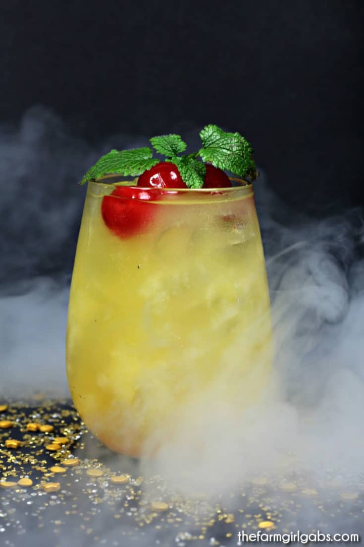 Celebrate the latest Avengers movie, Captain Marvel, with this refreshing Captain Marvel Mocktail. Kids and adult can both toast this amazing Marvel movie. #CaptainMarvel #DisneyMovie #Avengers